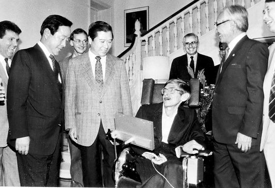 1990년 한국을 처음 방문한 스티븐 호킹 박사가 주한 영국대사관저에서 열린 환영만찬회에서 김영삼 당시 민자당 대표와 김대중 당시 평민당 총재 등과 이야기를 나누는 모습. [중앙포토]