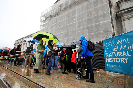지난 18일 관광객들이 워싱턴 DC 스미스소니언 자연사 박물관 입구에서 입장을 기다리고 있다. 스미스소니언 재단은 신년 1월 1일까지는 개방하지만 2일부터 박물관, 연구센터, 국립동물원 등은 폐쇄될 것이라고 밝혔다.  [AP=연합뉴스]