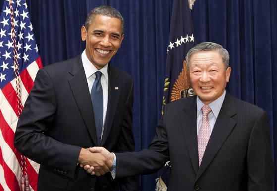 2010년 7월 LG화학 미국 홀랜드 전기차배터리 공장 기공식에서 구 회장과 오바마 전 미국 대통령이 악수하고 있는 모습. [사진 LG]