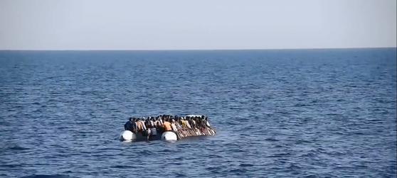 리비아 앞바다에서 구조된 난민들. [사진 타임]