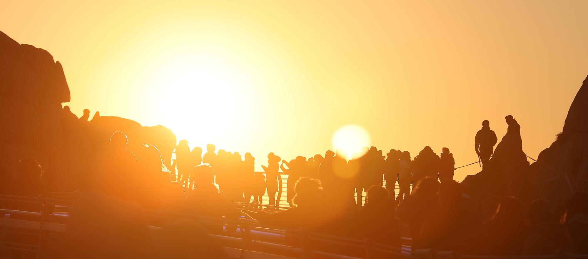 지난해 1월 1일 오전 울산 동구 대왕암공원을 찾은 관광객과 시민들이 일출을 감상하고 있다. [뉴스1]