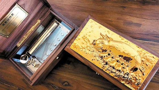 스위스의 고급 오르골 브랜드인 '루즈(REUGE)'의 '황금돼지해 한정판'. [사진 롯데백화점]