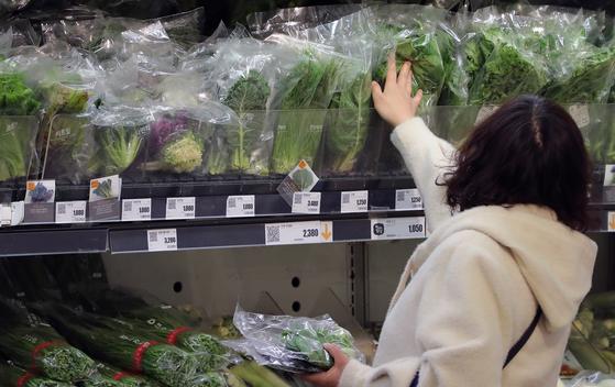서울 시내의 한 대형마트 농산물 코너를 찾은 시민이 장을 보고 있다. [뉴스1]