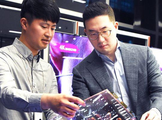 구광모 LG 회장(오른쪽)이 지난 9월 서울 마곡 LG 사이언스파크를 방문해 연구원과 함께 '투명 플렉시블 OLED'를 살펴보고 있다. [연합뉴스]