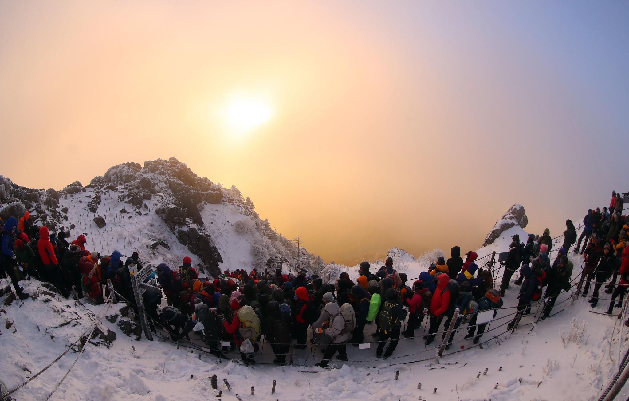 2018 무술년 새해 첫 날인 1일 오전 지리산 천왕봉 정상에서 탐방객들이 새해 첫 일출을 맞이하고 있다. [사진 함양군청]