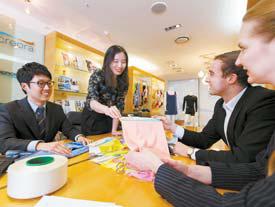 효성티앤씨 직원이 마포 본사 크레오라 라이브러리에서 제품을 선보이고 있다.