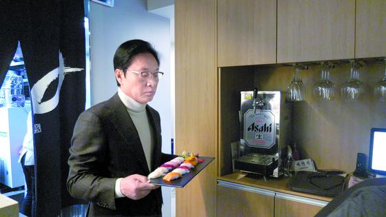 보수 논객으로 활약 중인 정두언 전 의원이 자신의 일식집에서 서빙하고 있다. [사진 공성룡]