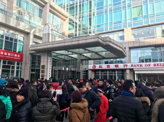 보증금 환불을 요구하는 시위자들 [사진 펑파이신원]
