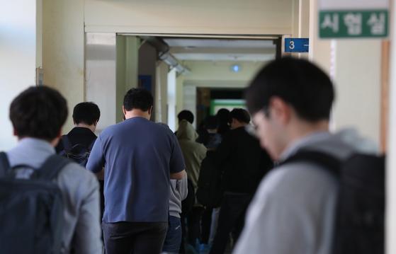 올해 7급 공무원 임용 필기시험을 마친 응시생들이 귀가하고 있다. [연합뉴스]
