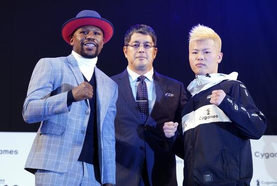 나스카와(오른쪽)와 복싱 시범경기를 펼치는 메이웨더(왼쪽). 메이웨더는 이번 대결로 1000억원에 가까운 돈을 번다. [AP=연합뉴스]