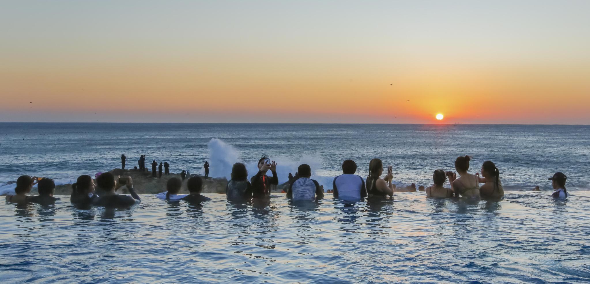 부산 기장에 위치한 아난티 코브에서 시민들이 2018년 새해를 맞아 온천욕을 하면서 아름다운 새해 일출을 보고 있다.[사진 아난티코브]