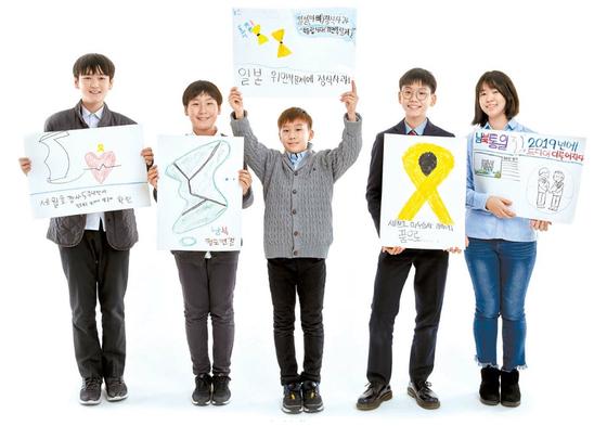 소중 학생기자단이 내년에 보고 싶은 가상의 뉴스를 만들어봤다. 왼쪽부터 최치원·김동률·양유찬·조현승·차연수 학생기자.