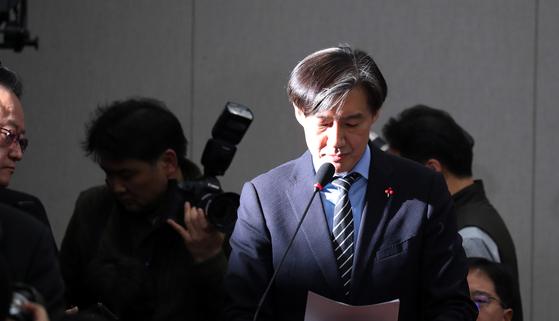31일 국회 운영위원회 전체회의에 참석한 조국 민정수석이 현안보고를 하고 있다. [중앙포토]