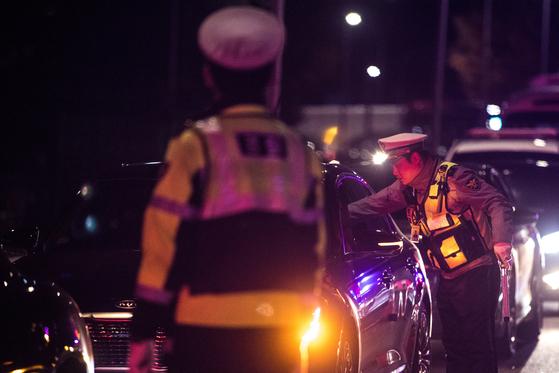 경찰이 음주단속을 벌이는 모습. [뉴스1]