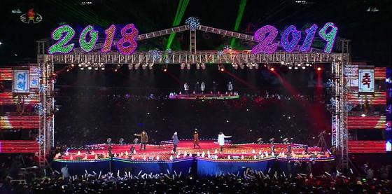 북한 평양 김일성광장에서 지난달 31일 오후 11시30분부터 1일 0시 40분까지 진행된 '2019 설맞이 축하무대'를 조선중앙TV가 생중계했다. [연합뉴스]
