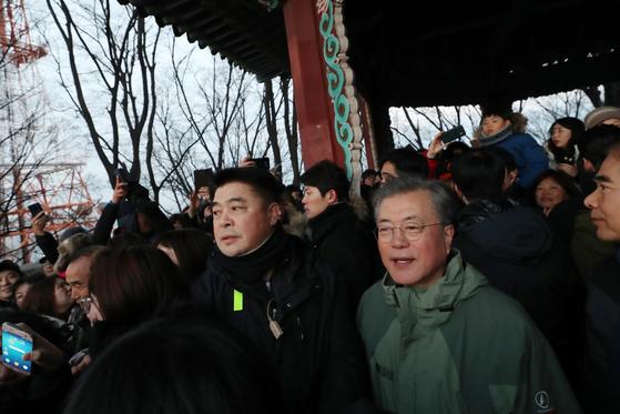 문재인 대통령이 새해 첫 날인 1일 오전 서울 남산 팔각정에서 시민들과 함께 해돋이를 보고 있다. [사진 청와대]