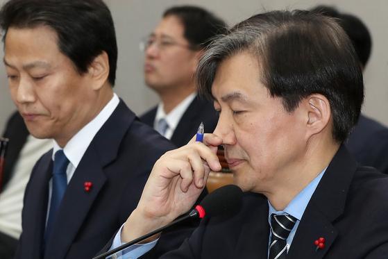 조국 청와대 민정수석이 31일 오후 서울 여의도 국회에서 열린 운영위원회 전체회의에서 생각에 잠겨 있다. [뉴스1]