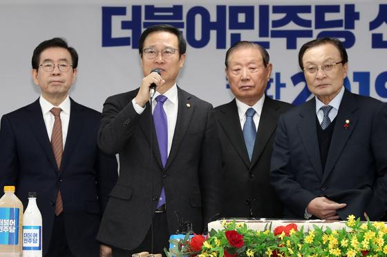 홍영표 더불어민주당 원내대표가 1일 서울 여의도 당사에서 열린 신년인사회에서 인사하고 있다. [뉴스1]