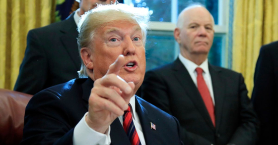 """도널드 트럼프 미국 대통령. 트럼프는 31일(현지시간) """"콘크리트 국경장벽은 결코 포기되지 않았다""""고 밝혔다.[AP=연합뉴스]"""