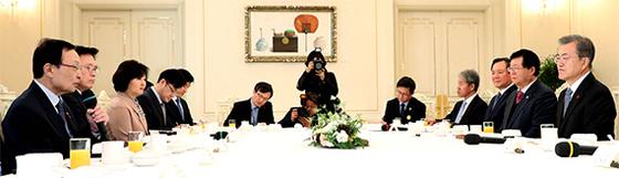 문재인 대통령이 31일 청와대 인왕실에서 더불어민주당 지도부를 초청해 오찬을 함께했다. 이해찬 대표(맨 왼쪽)가 인사말을 하고 있다. [강정현 기자]
