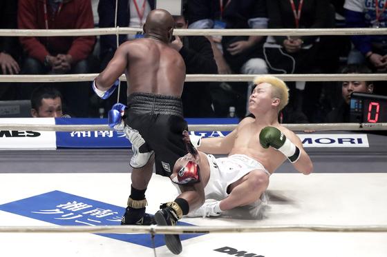 메이웨더가 일본의 격투 천재 나스카와에게 라이트 훅을 떠뜨리고 있다. 나스카와는 3번이나 다운을 당했다. [연합뉴스]