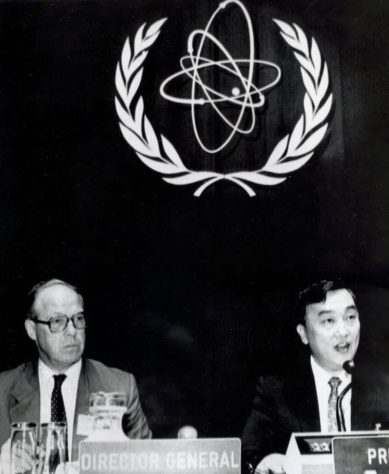 1989년 국제원자력기구(IAEA) 총회 의장에 당선한 직후 한스 블릭스 사무총장(왼쪽)과 나란히 자리한 정근모 박사.[사진 정근모]]