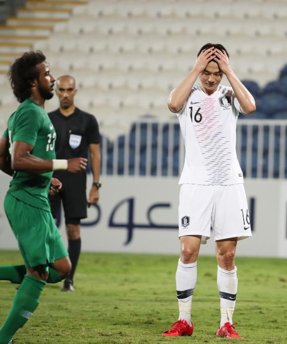 31일 오후(현지시간) 아랍에미리트 아부다비 바니야스 스타디움에서 열린 대한민국과 사우디아라비아와의 평가전에서 후반 기성용이 페널티킥을 실축한 뒤 아쉬워하고 있다. [연합뉴스]