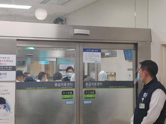 서울 종로구 강북삼성병원에서 12월 31일 오후 신경정신과 진료를 받던 환자가 의사를 흉기로 찔러 숨지게 한 사고가 발생했다. 이날 오후 경찰 과학수사대 대원들이 사건 현장을 감식하고 있다. 박해리 기자