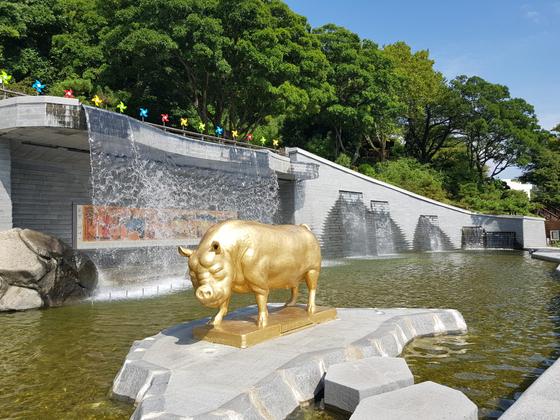경남 창원시 마산합포구 돝섬에 설치된 황금돼지상. [사진 창원시]