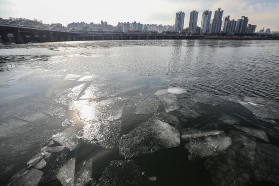 연일 계속된 한파로 한강에 결빙이 공식 관측된 지난달 31일 오전 서울 동작구 한강대교 주변에 얼음이 얼어 있다. 기상청은 이번 한파가 3일 아침까지 이어진 뒤 점차 누그러질 것으로 전망했다. [뉴스1]