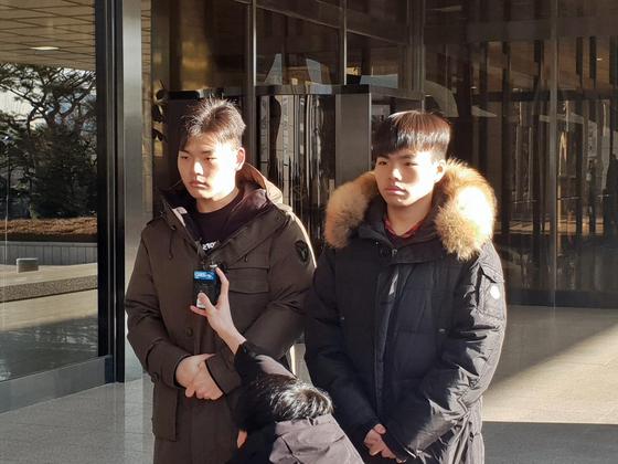 더 이스트라이트 전 멤버 이석철·이승현군이 2일 오전 고소인 조사를 위해 서울중앙지검에 출석해 질문을 받고 있다. [연합뉴스]