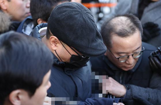 병원에서 진료를 받던 중 의사를 살해한 혐의(살인)를 받는 박 모 씨가 2일 오후 구속 전 피의자 심문(영장실질심사)을 받기 위해 서울 종로경찰서를 나서 서울중앙지법으로 향하고 있다. [연합뉴스]
