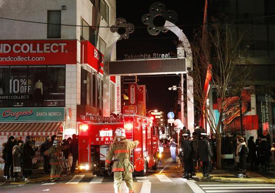 지난 1일 2019년 새해를 맞은 직후 일본 도쿄 시부야구 다케시타거리 번화가에서 20대 남성이 '테러'라며 차량으로 행인을 무더기로 덮치는 사건이 발생했다. 사진은 현장에서 사고를 수습 중인 경찰관들. [교도=연합뉴스]