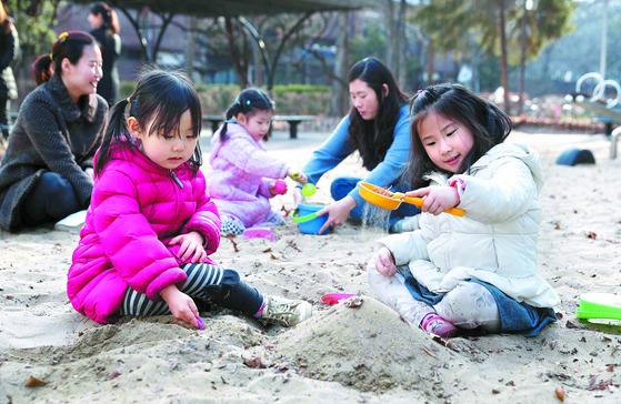 아이들이 자유롭게 뛰노는 모래 놀이터처럼 규제 없이 핀테크 기술을 시험할 수 있는 규제 샌드박스가 올해 4월부터 국내에서 시행된다. [중앙포토]