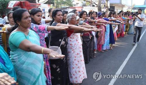 지난 1일 인도 남부 케랄라 주에서 종교 양성평등을 요구하며 인간띠 시위를 벌인 여성들. [AFP=연합뉴스]