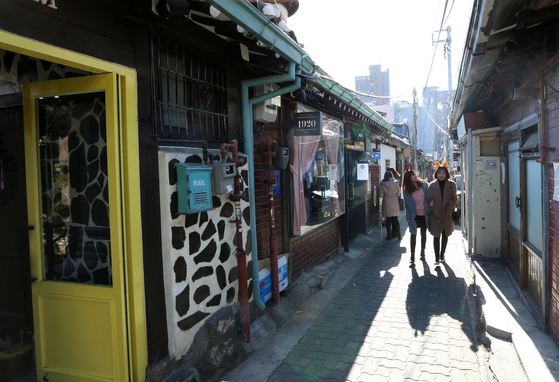 한옥의 틀은 유지한 채 리모델링을 통해 카페ㆍ식당ㆍ주점 등이 새롭게 들어선 서울 종로구 익선동. 이번에 처음으로 '한국 관광 100선'에 들었다. [중앙포토]