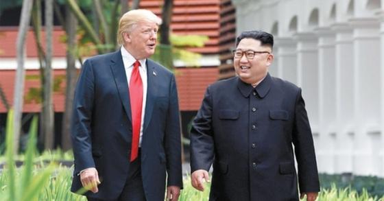 6월 12일 싱가포르 카펠라 호텔에서 산책 중인 도널드 트럼프 미국 대통령(왼쪽)과 북한 김정은 국무위원장. [연합뉴스] <저작권자(c) 연합뉴스, 무단 전재-재배포 금지>