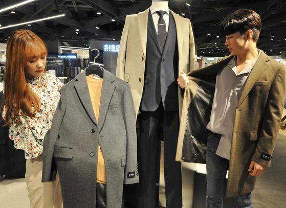 캐시미어 소재는 따뜻하고 고급스러운 분위기를 만들어 준다. 한 백화점에서 겨울용 캐시미어 코트를 선보이고 있다. <저작권자(c) 연합뉴스, 무단 전재-재배포 금지>