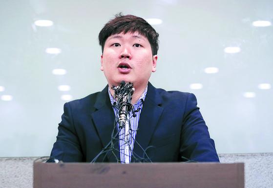 신재민 전 기획재정부 사무관이 2일 오후 서울 강남구 역삼동의 한 빌딩에서 입장을 밝히고 있다. 신 전 사무관은 최근 자신의 유튜브를 통해 KT&G 사장 교체에 청와대가 개입했다는 문건을 입수했고 이를 언론사에 제보했다고 밝혔다. 또 청와대가 기재부에 4조원 규모의 적자국채를 추가 발행하라고 강압적으로 지시했다고 폭로했다. 그는 지난 2014년부터 기재부에서 근무하며 국고금 관리 총괄 등의 업무를 담당했으며 지난해 7월 공직을 떠났다. [뉴스1]