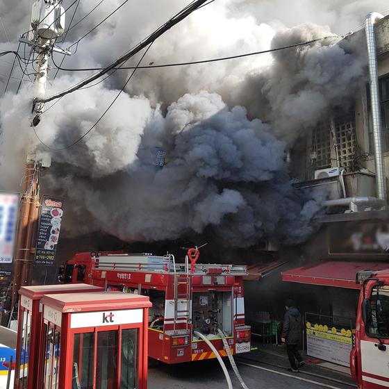 2일 오후 12시 20분께 강원 원주시 중앙시장에서 화재가 발생해 소방대원들이 진화 작업을 벌이고 있다. [사진 독자제공]