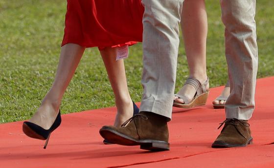 호주 방문 때 마클이 입은 빨간 드레스 아랫 부분에 상품 태그가 붙어 있다. 해당 브랜드는 이 일로 미국에서만 이틀 만에 15억회의 홍보 효과가 났다고 밝혔다. [AP=연합뉴스]