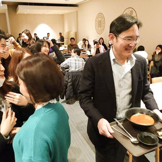 이재용 부회장이 삼성 구내식당에서 이동하고 있다. [연합뉴스]