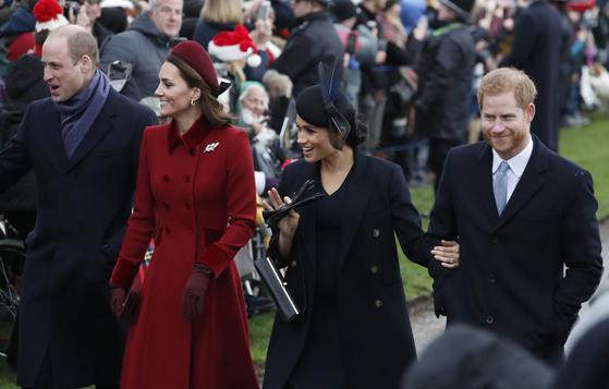 크리스마스 행사에 참석한 윌리엄 왕세손과 부인 미들턴 케임브리지 공작부인, 마클 서섹스 공작부인과 해리 왕자.(왼쪽부터) [AP=연합뉴스]