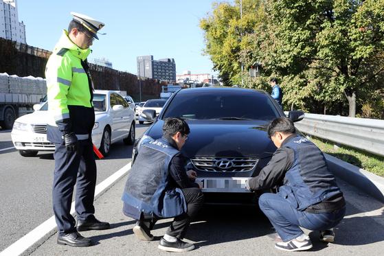지난해 10월 서울에서 경찰과 자치단체 공무원들이 상습 체납차량과 불법명의 자동차(대포차) 합동단속을 실시하고 있다. [뉴스1]