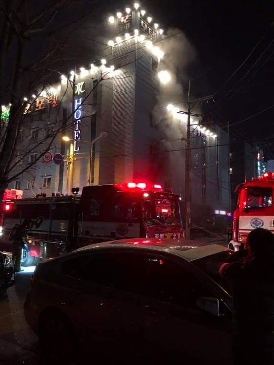 2일 오후 경북 구미의 한 모텔에서 불이 나 출동한 소방대원들이 진화작업을 하고 있다. [독자 제공, 연합뉴스]