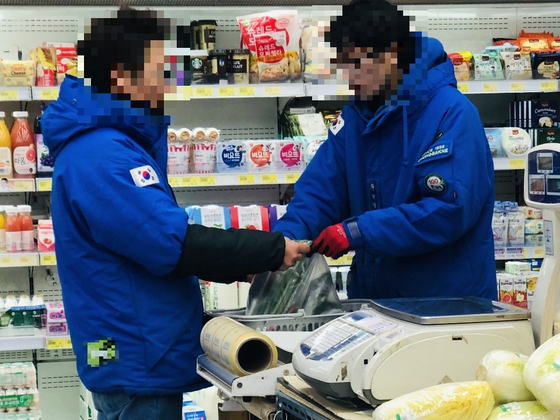 2일 오전 10시 강남구 역삼동 한 슈퍼마켓에서 직원들이 야채를 속비닐에 넣어 포장하고 있다. 남궁민 기자