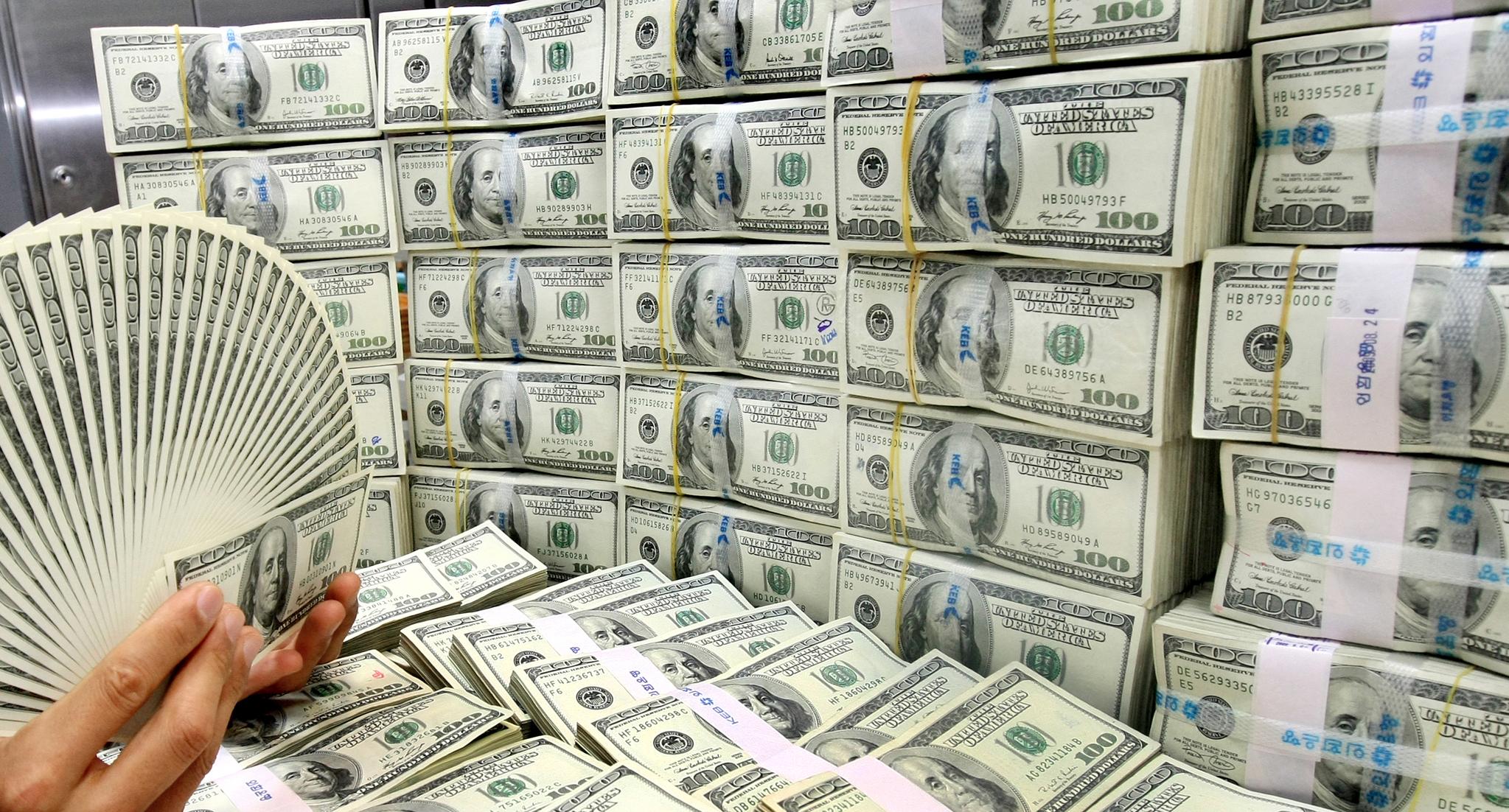 2008년 글로벌 금융위기를 우리 경제도 피해갈수는 없었다. 다만 두번의 외환위기는 없었다. 2009년 8월말기준 한국은행에 따르면 외환보유액이 2454억 6000만달러로 리먼브러더스 파산 직전인 2008년 8월말 기준 2432억달러를 넘어섰다. 사진은 당시 외환은행 달러 자료사진. [연합뉴스]
