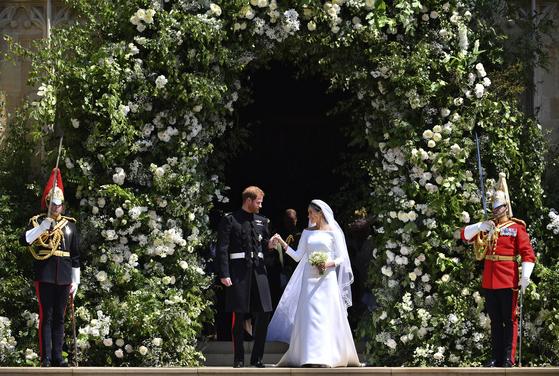 영국 디자이너 클레어 웨이트 켈러가 디자인한 보트넥 지방시 웨딩드레스를 입은 마클과 해리 왕자(가운데 왼쪽) [AP=연합뉴스]