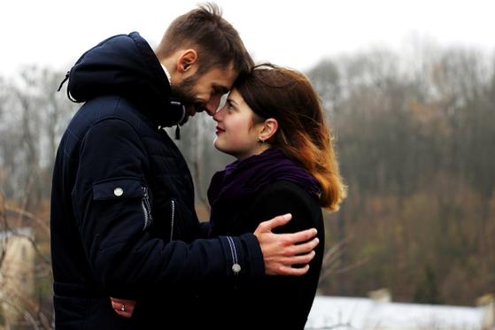 우애적 사랑은 기본적인 우정을 유지하고자 부부가 함께 노력하는 것을 말한다. 그리고 이 우애적 사랑을 위해 필요한 것은 '배려'임을 강조한다. [사진 pixnio]