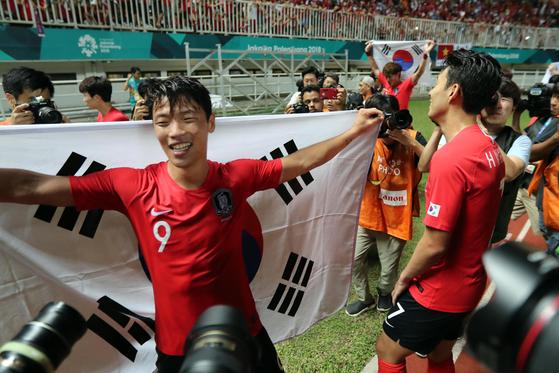 아시안게임 금메달 직후 황희찬(왼쪽)과 손흥민이 기쁨을 나누고 있다.. 치비농=김성룡 기자